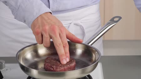 sararmış : Testing the doneness of a fillet steak using the finger method (medium rare)