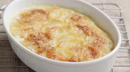 крупные планы : Potato gratin in a baking dish Стоковые видеозаписи