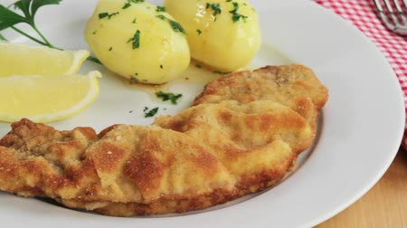 veal escalope : Wiener Schnitzel (breaded veal escalope) with parsley potatoes