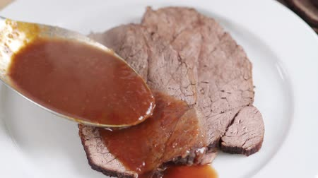 говядина : Arranging roast beef with jus