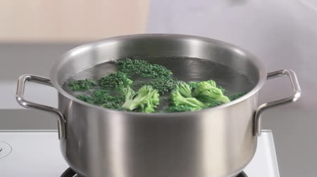 cooking pots : Cooking broccoli florets