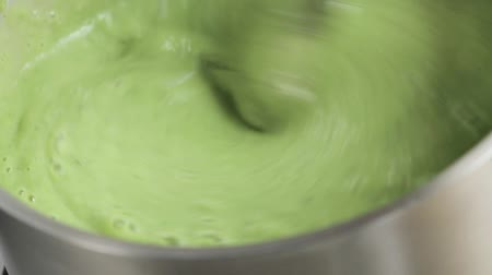 efeito : Pureeing pea soup with hand blender Stock Footage