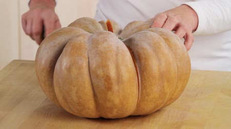 halve : Cutting a butternut squash in half Stock Footage