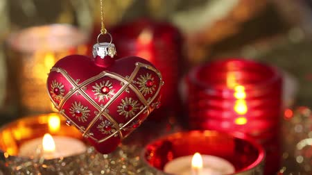kalp şekli : A heart-shaped Christmas tree decoration and tealights