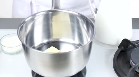 dissolução : Butter being melted in a pot