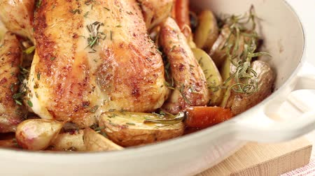 poulet : Roast rosemary chicken with roasted vegetables Stock Footage