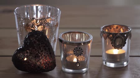 kalp şekli : Tea lights and a decorative heart Stok Video