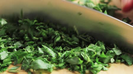 Fresh herbs being chopped Vídeos