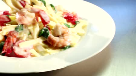 warzywa : Ribbon pasta with prawns and cream sauce arranged on a plate