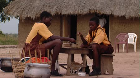 chata : Wide shot of kids eating with hut in background Dostupné videozáznamy