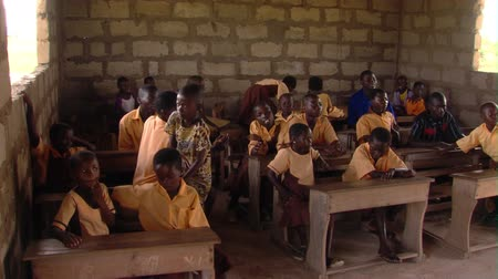 sorok : Wide shot of students in classroom