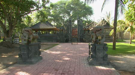 chata : Wide shot of statues and buildings