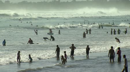 populární : Wide shot of many people in water