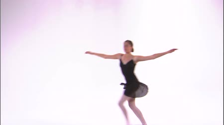tancerze : Shot of a ballerina dancing