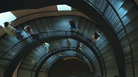 escada : Wide shot of stairs with people walking up and down