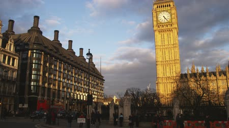 londyn : Wide shot of Big Ben and surrounding buildings