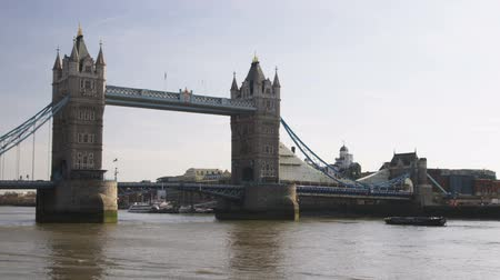 pomost : Wide shot pan of the Tower Bridge