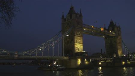 londyn : Wide shot pan of the Tower Bridge at night