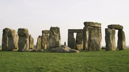 tocht : Breed schot van Stonehenge Stockvideo