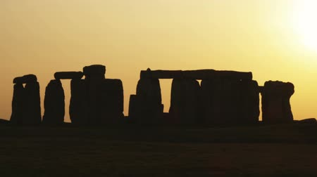 earthworks : Wide shot of Stonehenge at sunset