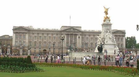 saray : Buckingham Palace in London, England with the Victoria Memorial in view. Stok Video