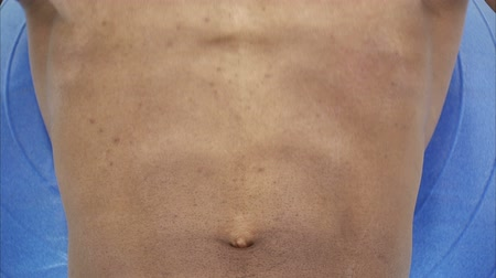 сильный : A close up shot of a black mans abdomen as he does sit ups. Стоковые видеозаписи