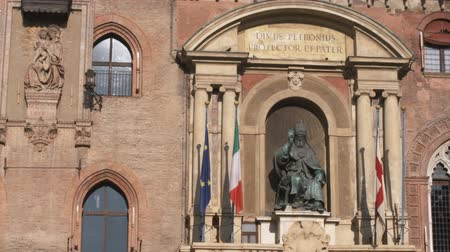bolognai : Wide shot of statue outside building Stock mozgókép