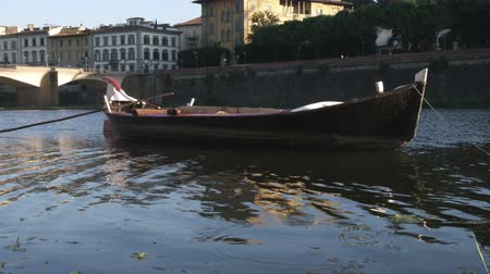 florencja : Wide shot of a small boat docked in calm bay