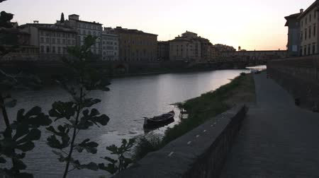 florencja : Wide shot of buildings and canal silhouette as sun sets Wideo