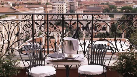 vatikan : A shot of a table and chairs, overlooking Rome Italy. Stok Video