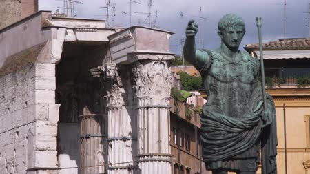 vatikan : A shot of a statue of Caesar with buildings in Rome Italy in the background.