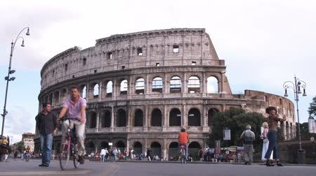 roma : A wide shot of the Coliseum in Rome Italy. Stok Video