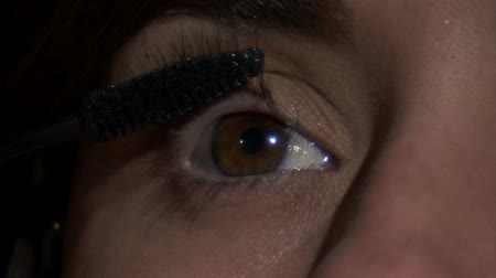 стегать : A close up of the left eye as mascara is being applied to the lashes.