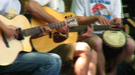 kytara : Close-up of two guitars and a drum being played in Central Park, New York City. Dostupné videozáznamy