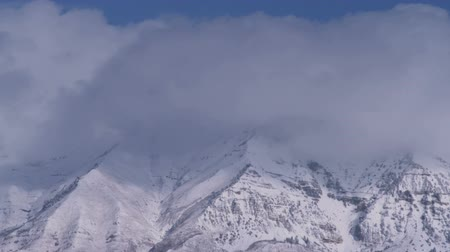 okładka : Still footage of thick clouds moving and obscuring mountain summits. Wideo