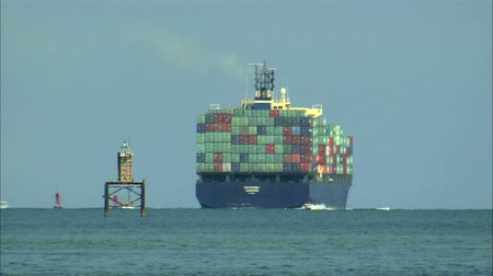 oceano : A shot of a large cargo ship off the coast of Miami.