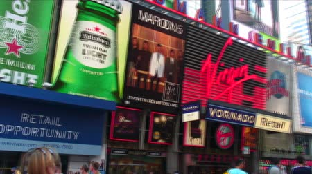 tiyatro : Panning shot of some of the signs in Times Square in New York City.