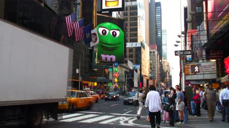 sziám : Zoom out from a sign at M and Ms World featuring the Green M in New York City. Stock mozgókép