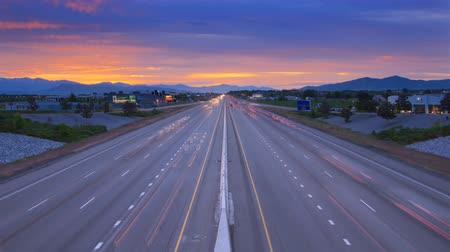 auto estrada : Time-lapse shot of traffic on a highway in Utah taken from an overpass at sunset