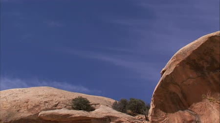 západ : Medium shot of desert rock with blue sky in background