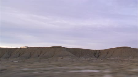 autó : Wide shot of desert terrain from moving car on road