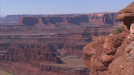rekreasyon : Wide shot of desert canyon with cliffs in foreground Stok Video