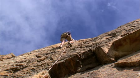corda : Shot of a mountain climber climbing up the face of the mountain Stock Footage