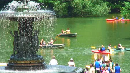 szökőkút : People rowing and paddling in boats in Central Park with the Bethesda Fountain in the foreground.