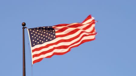 bandeira americana : An American flag in the wind against the sky in Salt Lake City, UT
