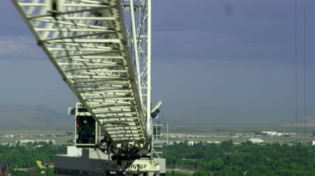 osoba : A white crane adorned with a flying American flag swings 180 above Salt Lake City. Wideo