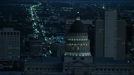 sale : Punto di vista dal Capitol Building di traffico a Salt Lake City, UT di notte