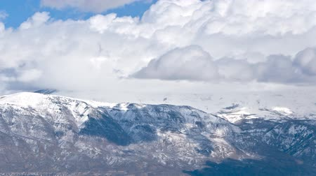 морозный : Panning time-lapse shot of snowstorm in the mountains at Utah