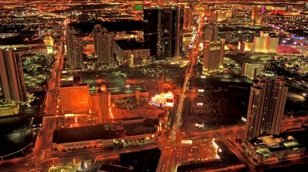 panorâmico : Static, Timelapse from the top of the Stratosphere Hotel in Las Vegas at night across the Strip to hotels and traffic far below.