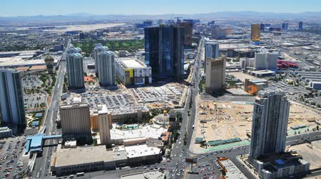 magasság : TImelapse of the view from the Las Vegas Stratosphere Hotel to traffic far below showing the strip and tall hotel and casino buildings.
